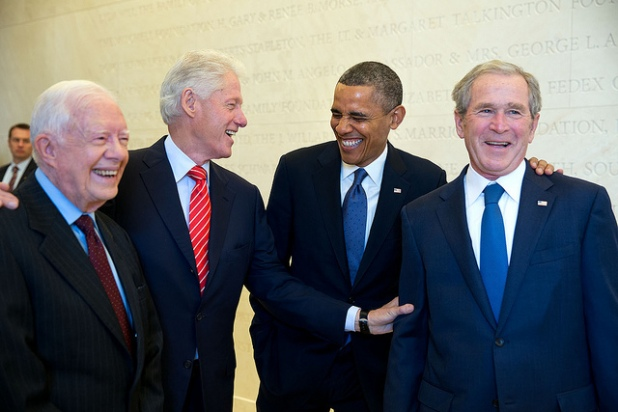 Presidents Carter, Clinton, Obama and Bush en el backstage. Créditos: Pete Souza