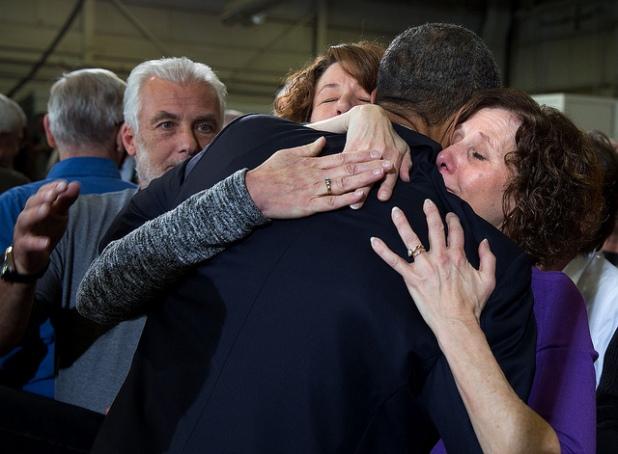 Barack Obama abraza a las hermanas de Mary Sherlach, muerta fallecida en el tiroteo de Newtown, Conn. Créditos: Pete Souza