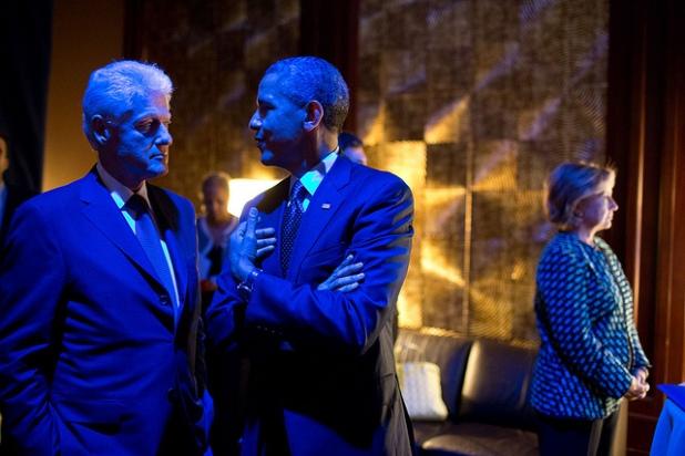 El Presidente y el ex presidente Bill Clinton se bañan en luz azul mientras hablan entre bastidores. Créditos: Pete Souza