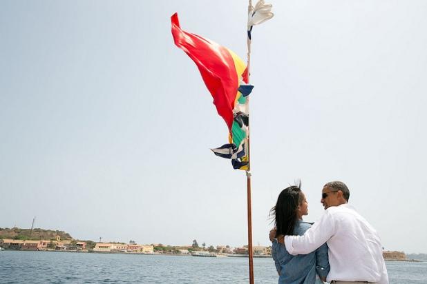 El Presidente y su hija Malia hablan en la proa de un barco que viaja a la isla de Gorée, Senegal. Créditos: Pete Souza