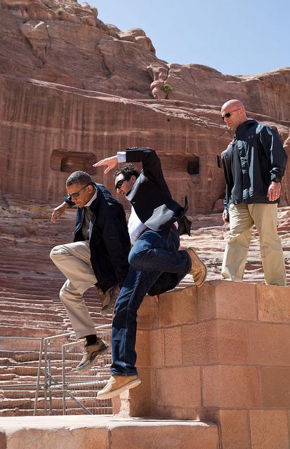 El Presidente Obama y el Dr. Suleiman AD Al Farajat saltaron desde una cornisa del Anfiteatro. Créditos: Pete Souza.