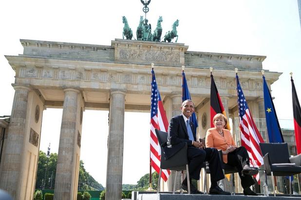 Obama y la canciller alemana, Angela Merkel, en la puerta de Brandemburgo. Créditos: Pete Souza