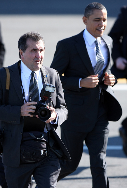 Barack Obama y Pete Souza rumbo al Air Force One. Créditos: Michael Cummo Photography