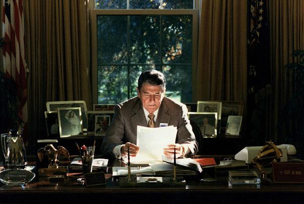 El Presidente Ronald Reagan en el despacho oval en 1998. Créditos Pete Souza