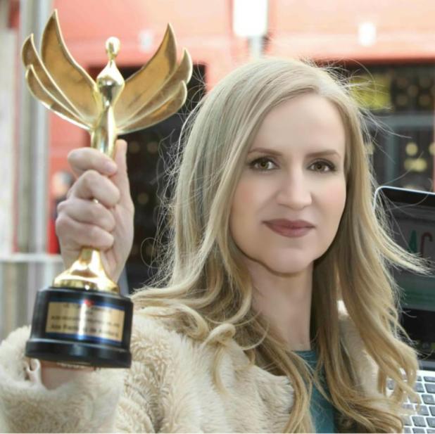 Ana Ramírez de Arellano con su Victory Award